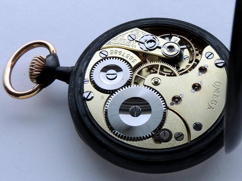 Подчасник выполнен в виде связанных бакштовом двух шлюпочных весел и багра со стягом, на канате закреплен блок (канифас-блок) с крюком на который и крепятся часы.