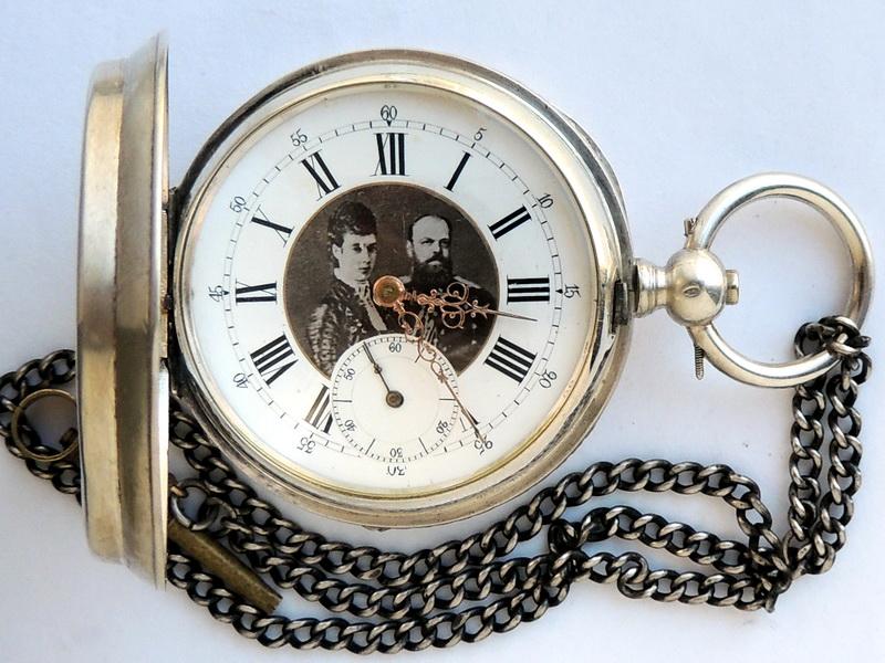 Получив карманные часы на ремонт, мастер обычно в начале производит детальный осмотр и диагностику, чтобы выявить причину неполадок.